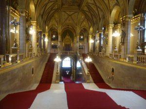 Escalier des dignitaires au parlement de Budapest
